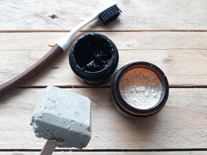 3 recettes de dentifrices : l'un solide, l'un en poudre ainsi qu'en dentifrice crème à l'huile de coco